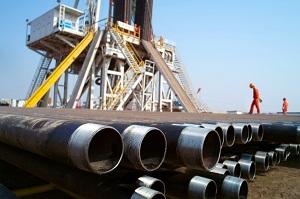 وفرة إمدادات النفط الخام تبقي المكاسب محدودة